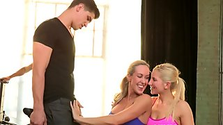 Ripped CFNM fourway babes cockriding at gym